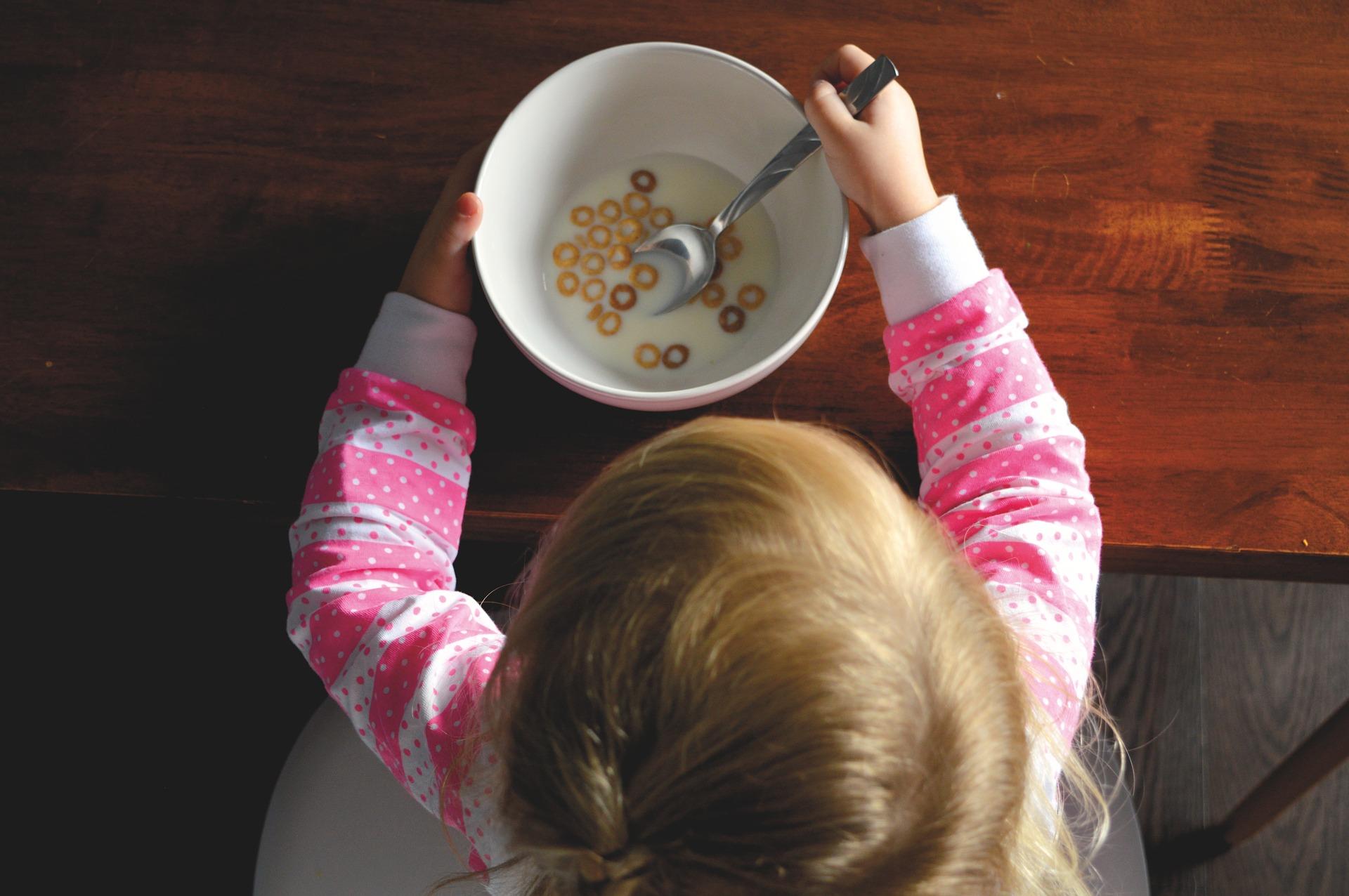 dítě v kuchyni