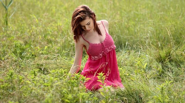 růžová v trávě