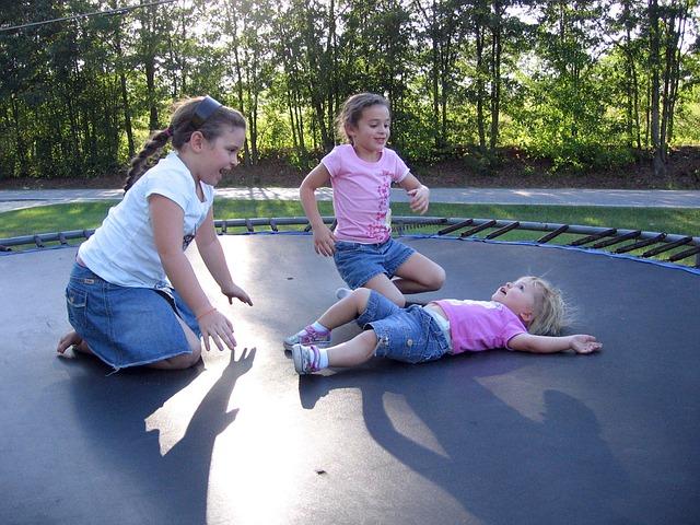 děvčátka na trampolíně