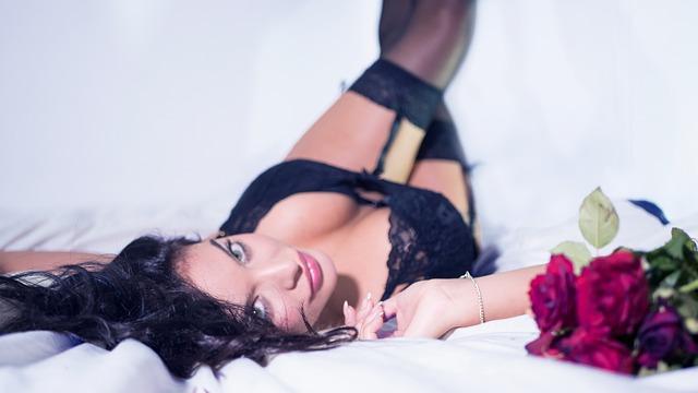 svůdná žena v posteli