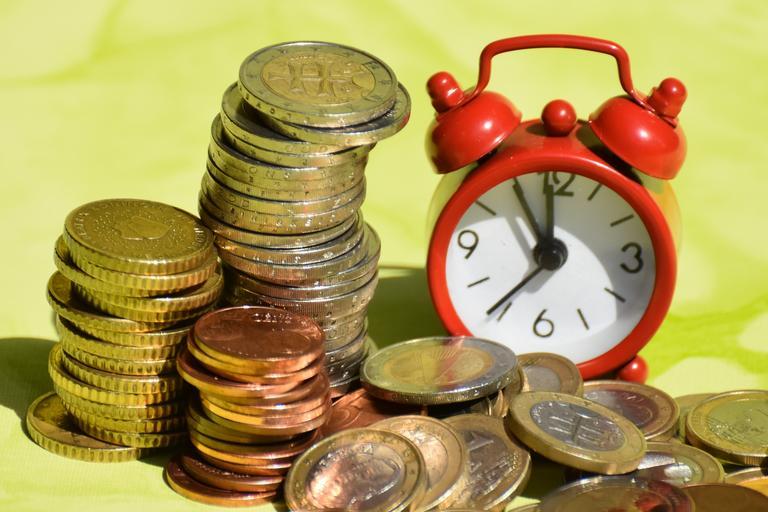 hromádka mincí + budík s časových údajem za 5 minut 12