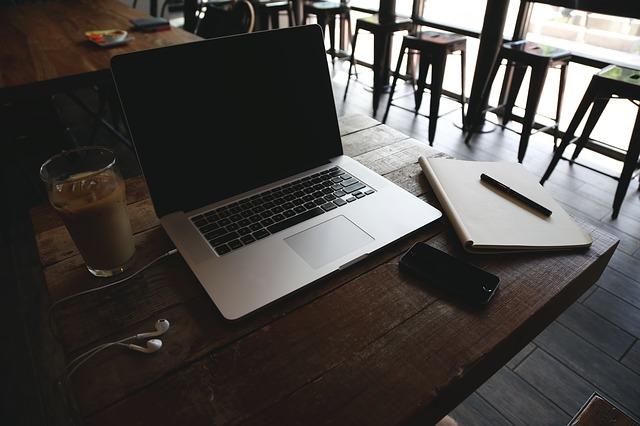 Notebook, kavárna, práce